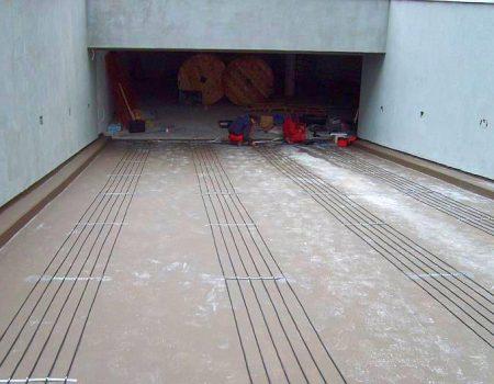 Ugranja grijaćih kabela u kolotrage dvosmjerne garažne rampe
